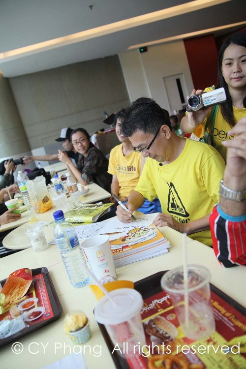 Lunch which also turned out to be signing session of Johnny Ong, political cartoonist. I bought a copy too!
