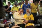 Malaysians Can Walk Freely with Pak Samad in KLCC Without Police Permit event - my true heroes! Lim Kit Siang (leader from the oppositions) and A. Samad Said (national laureate), sharing my cookies! This is my first face to face encounter with Lim Kit Siang...Have seen A. Samad Said quite a number of times though...