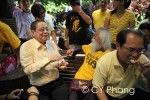 Malaysians Can Walk Freely with Pak Samad in KLCC Without Police Permit event - my true heroes! Lim Kit Siang (leader from the oppositions) and A. Samad Said (national laureate), sharing my cookies! This is my first face to face encounter with Lim Kit Siang...Have seen A. Samad Said quite a number of times though...Seen on the right is Ronnie Liu, another parliamentary member from the opposition.